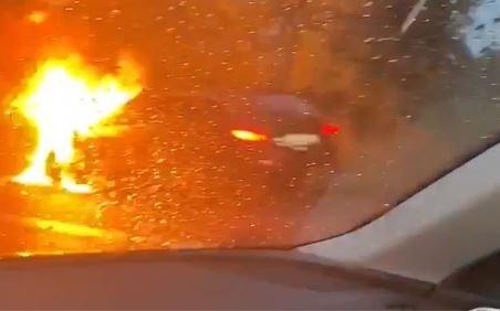File door brandende auto op E313 in Ham
