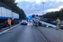Lichte vrachtauto slaat over de kop op E314 in Maasmechelen