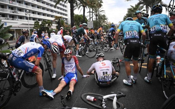 """""""Levensgevaarlijk"""" en """"Ik durfde niet sprinten"""": renners over spekgladde eerste Tourrit"""