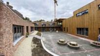 Buitenklas, wiebelstoelen en bloementafels: geen gewone lokalen voor deze Tongerse school