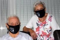 Anders Jong schenkt leden een gepersonaliseerd mondkapje