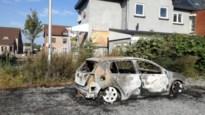 Auto brandt uit op parking in Achel