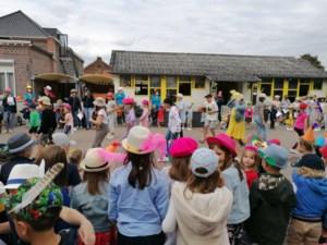 Leerlingen VBS De Bron sluiten eerste schooldag af met pluim op hun hoed