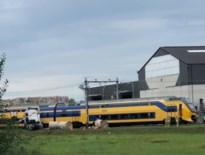Trein botst tegen vrachtwagen in Roermond: als bij wonder niemand ernstig gewond