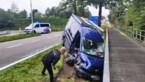 Bestelwagen belandt tegen verhoogd fietspad in Gruitrode