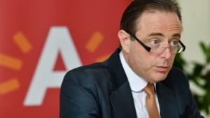 """De Wever: """"Als men mij toch een mes in de rug wilde steken, waarom acht maanden geleden dan niet?"""""""