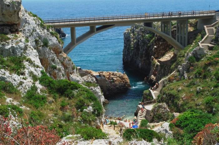 Belgische toeriste (26) zwaargewond na sprong van brug in Italië