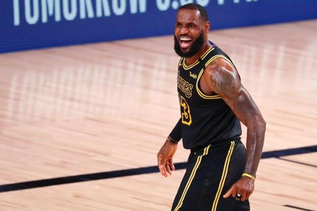 Een paar harde dunks en een blokje van formaat: LeBron James is nog steeds de heerser in de NBA
