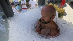 Hallucinante stunt: man zit 2,5 uur in glazen doos met 200 kilogram ijsblokjes en eet daarna… een ijsje