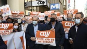 Vlaams Belang voert actie met dweilen aan CD&V-hoofdkwartier
