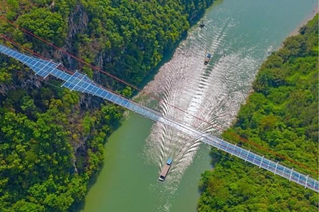 In China is de langste glazen brug ter wereld geopend, en of die duizelingwekkend is