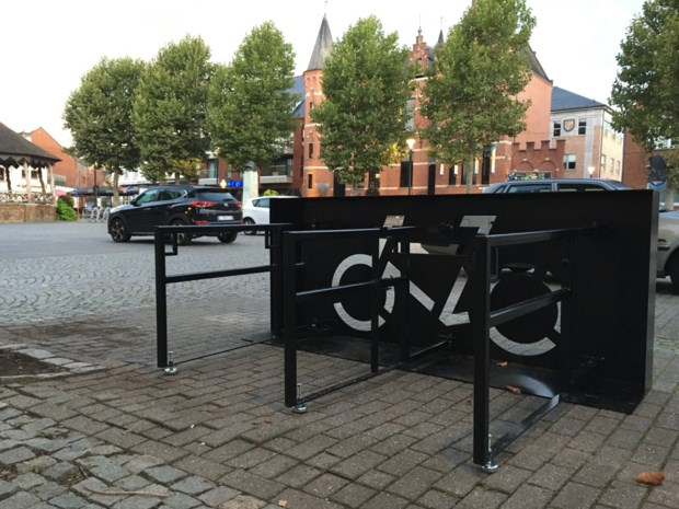 Twee mobiele fietsparkeerplaatsen op het Gemeenteplein in Lummen