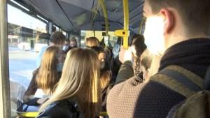 Leerlingen met gevaar voor coronabesmetting als sardientjes in een blik op schoolbussen in Limburg