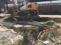 Metershoge waterfontein na lek in Pastoor Frederickxstraat