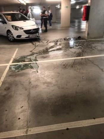 Auto knalt tegen betonnen muurtje op -2 van ondergrondse parking