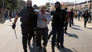 Politie zet traangas in tegen vluchtelingen op Lesbos