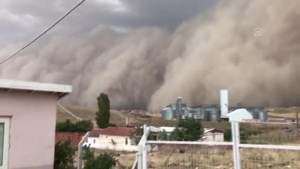 Indrukwekkende zandstorm overspoelt Turkse hoofdstad