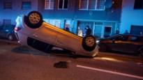 Auto op dak in Maasmechelen: een gewonde