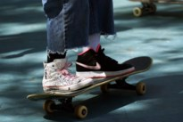 Fietser (77) lichtgewond nadat skateboard onder voorwiel komt
