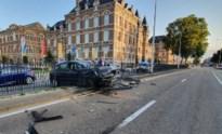 Auto crasht in hek van middenberm op Rijksweg
