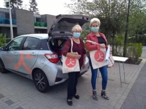 Vrijwilligers i-mens houden ouderen gezelschap
