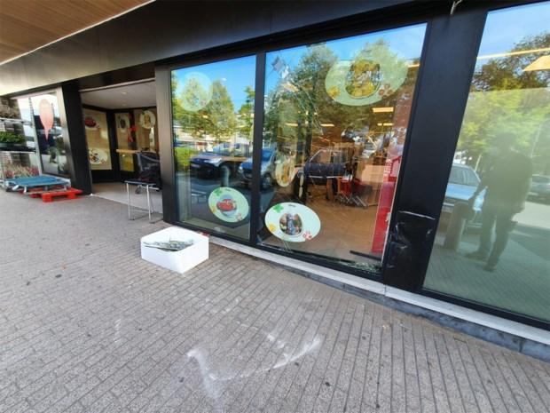 Auto rijdt tegen vitrine van Proxy Delhaize in Opglabbeek