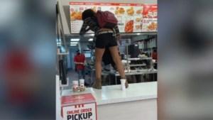 KFC weigert klant zonder mondmasker te bedienen, hongerige dame gaat door het lint