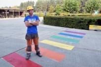 Bouwbedrijf supportert voor Mister Gay-finalist met zebrapad in regenboogkleuren