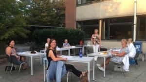 Cursa geeft 's avonds les in open lucht