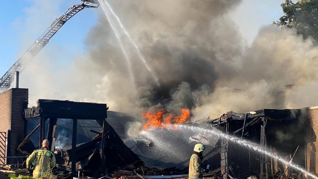 Rookschade in 14 huizen na brand in kapsalon, brandweerman lichtgewond