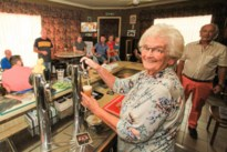 Groot feest in Café Chrétien: uitbaatster blaast 90 kaarsjes uit, haar café 60