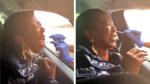 Vrouw schreeuwt het uit van schrik tijdens coronatest