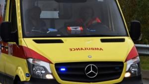 Bromfietser (17) zwaargewond na klap tegen voertuig in Hasselt