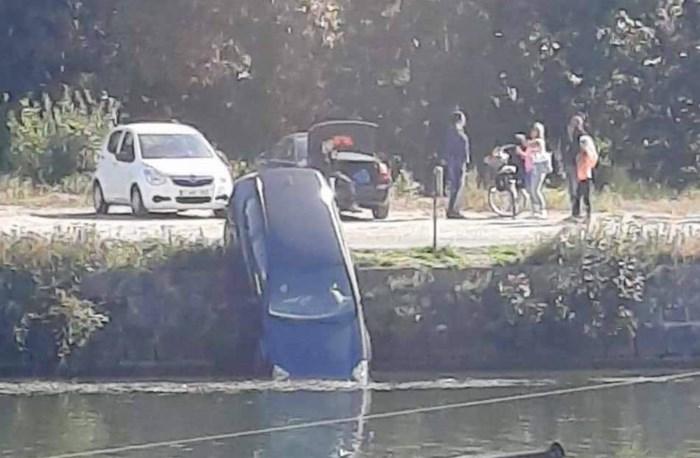 Auto rolt in Zuid-Willemsvaart nadat bestuurder handrem vergeet