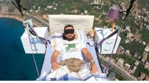 Turkse paraglider doet in de lucht een dutje op bed