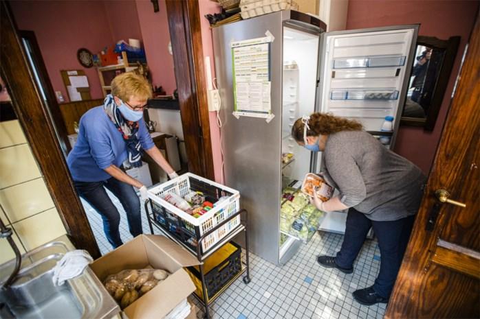 Voedselbanken zoeken vrijwilligers nu gepensioneerden thuisblijven uit vrees voor corona