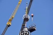 """Nieuwe torenspits geplaatst in Hamont: """"Skyline was even onthoofd"""""""