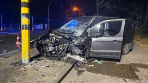 Bestelwagen crasht tegen verkeerslichten op Hasseltweg, bestuurder gewond