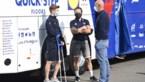 Remco Evenepoel komt zijn BK-ploegmaats aanmoedigen op krukken in Anzegem