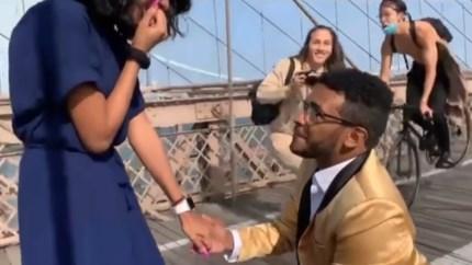 Romantisch huwelijksaanzoek wordt verstoord door fietser die op verlovingsfotograaf knalt