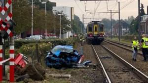 Passant filmt moment waarop auto aangereden wordt door trein