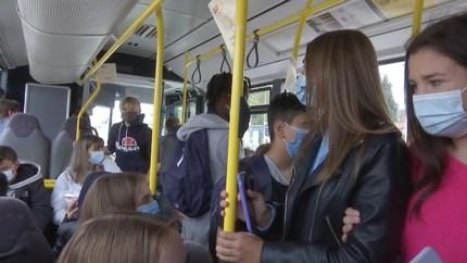Scholieren en ouders zijn bomvolle schoolbussen beu: