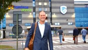 Jess Thorup gearriveerd aan Luminus Arena na zetten van handtekening in … Nederland