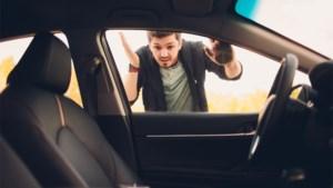 Je autosleutels in je gesloten auto laten liggen? Met deze lifehack krijg je de sleutel eruit
