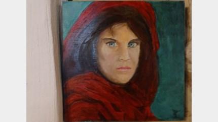 Karin Goessens met schilderijen in de Bieb