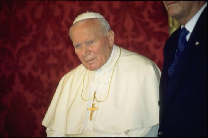 Dieven aan de haal met druppels bloed van paus Johannes Paulus II