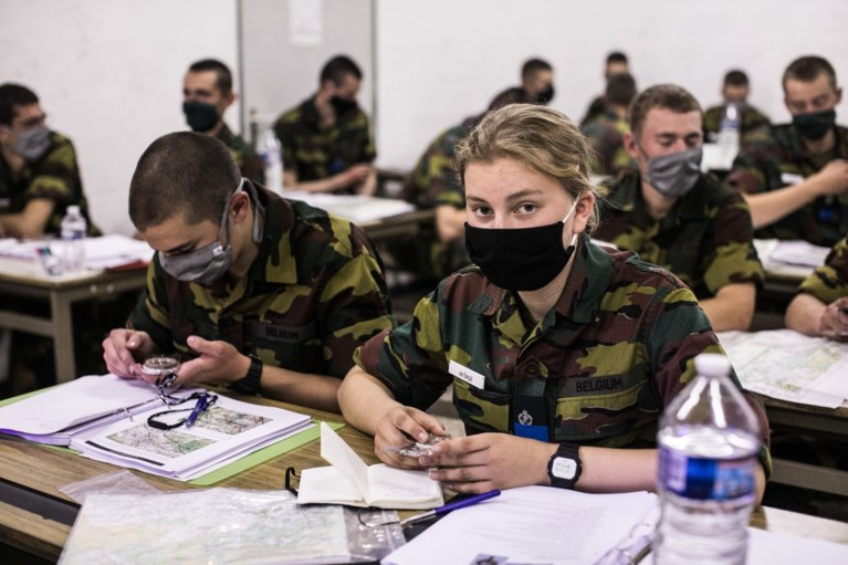 Nu ook echt soldaat: Elisabeth krijgt blauwe muts … van papa Filip