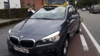 Kraan snijdt door dak van BMW in Wimmertingen