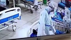Hallucinant: verpleger pikt gouden ring van overleden coronapatiënt
