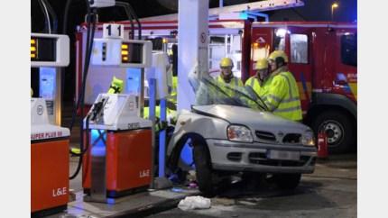 Wagen rijdt in op tankstation in Ham: bestuurder (22) zwaargewond, buurt opgeschrikt door klap
